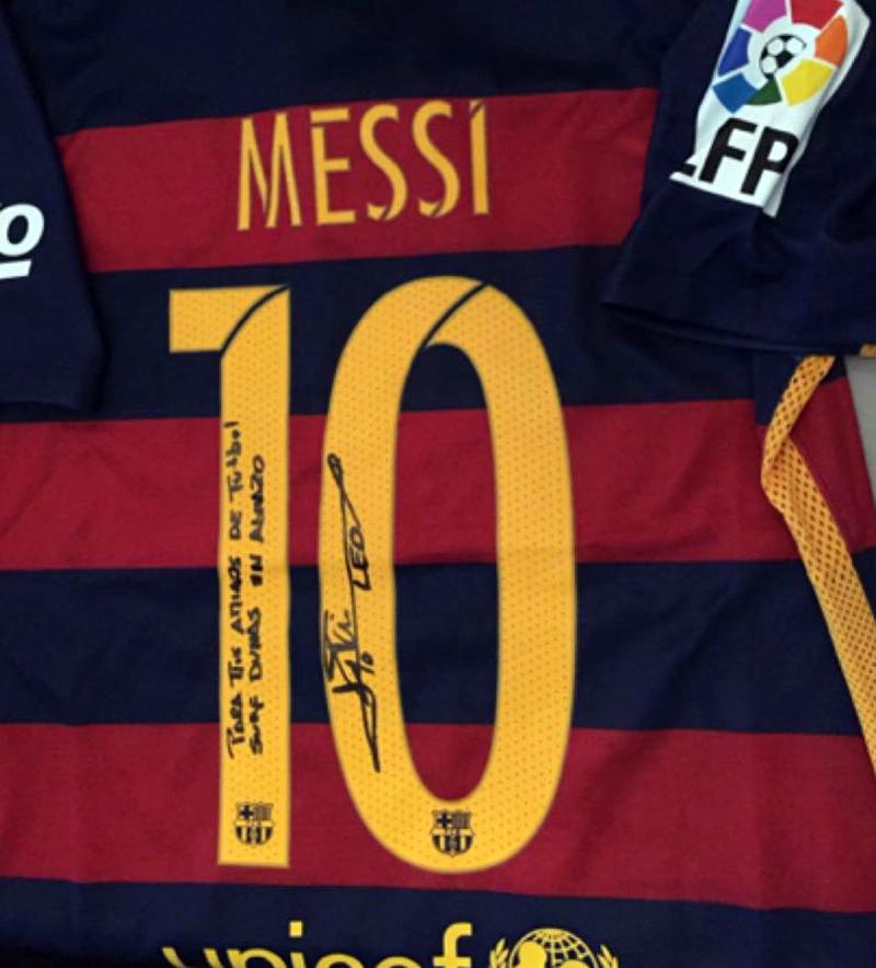 Leo Messi nos manda su camiseta firmada