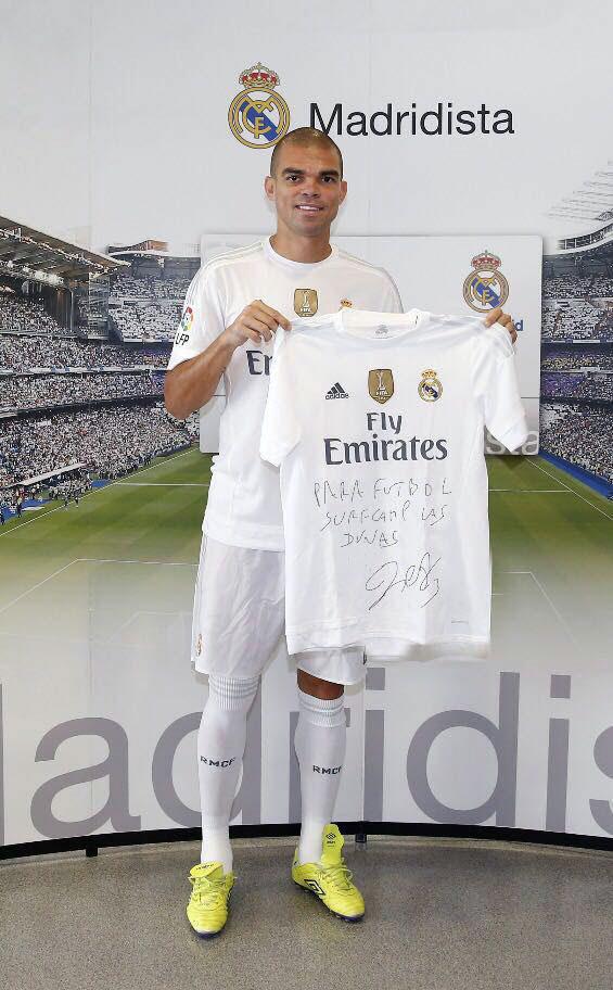 Pepe, con su camiseta firmada
